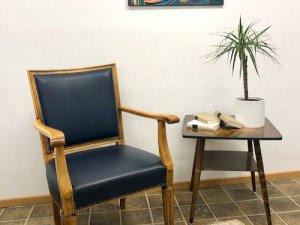 Armlehnenstuhl, Armchair, Easy Chair, Sitzungsstuhl, Sessel, 50er Jahre, 1950, Vintage, Ledersessel, helles Holz, blau, dunkelblau
