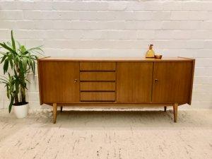 true Vintage Sideboard, 1960er, 60's, Mid Century, Danish Design, Nussbaum, hell, braun, Designklassiker, Mid Century Modern, verschließbar, Schubladen, Messing, auf Füßen