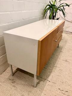 Interlübke, Mid Century Sideboard, weiß, hell, 3 Schubladen, Tür, Metallfüße, 1970, 1960, Vintage Möbel, Mid Century Möbel, Kirschholzfronten