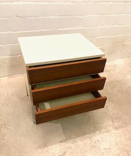 Teakholz Nachttische, 2er Set, Vintage, Mid Century, weiß, Teak Schubladen, 3 Schubladen, Metallfüße, Interlübke, Mid Century Möbel, Designklassiker