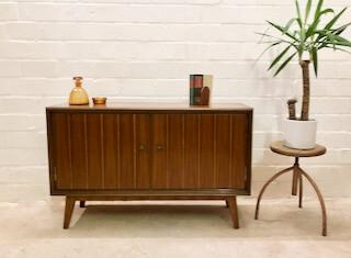 Sideboard, true Vintage, 1950's Nadelstreifen, Doppeltür, verschließbar, Nussbaum, 1960, 1970, Vintage Möbel, Mid Century Möbel, Retro Möbel, Designklassiker, Anrichte, Kommode, Credenzia