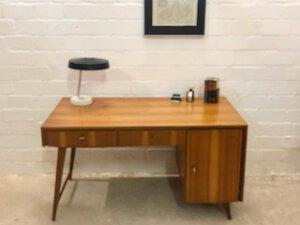 Musterring Schreibtisch 1960's, Mid Century Desk, Nussbaum, Designklassiker, Vintage Möbel, 1970's, Schubladen, verschließbar, hell, Maserung,