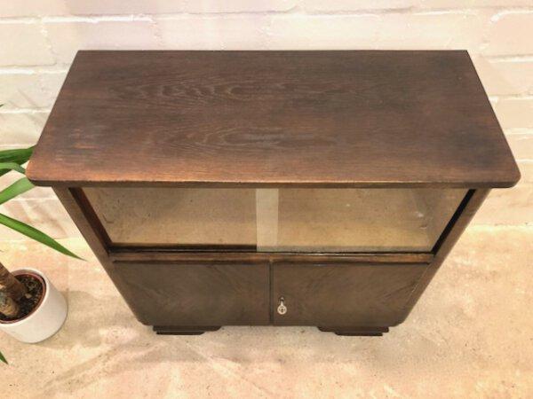 Vintage Kommode, mit Vitrinenfach, 1950's, Flurkommode, Mid Century, Glasschiebetüren, verschließbar, Schubladen, dunkles Holz, Messing
