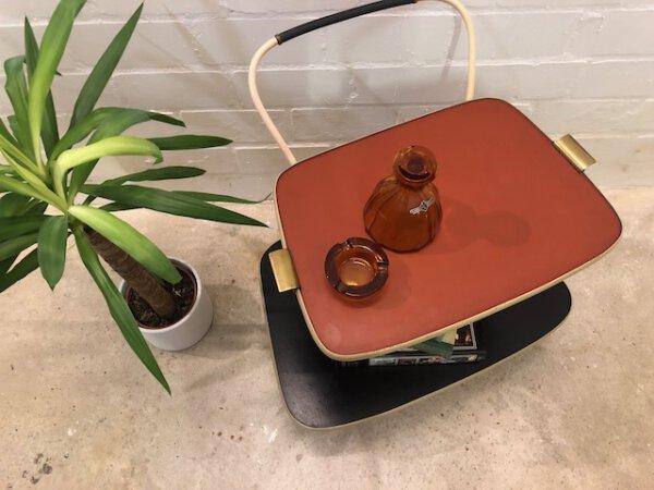 Mid Century Teewagen, 1950er, auf Rollen, abnehmbares Tablet, Minibar, Beistellwagen, Vintage, Messing, PVC, Kunststoffrot, schwarz, 1960, Mid Century Möbel