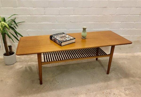 Mid Century Coffee Table, 1960's, Surfboard Couchtisch, helles Holz, Kirschholz, Zeitungsablage, Magazinablage, Mid Century Möbel, Vintage Möbel, 1970's, Danish Design