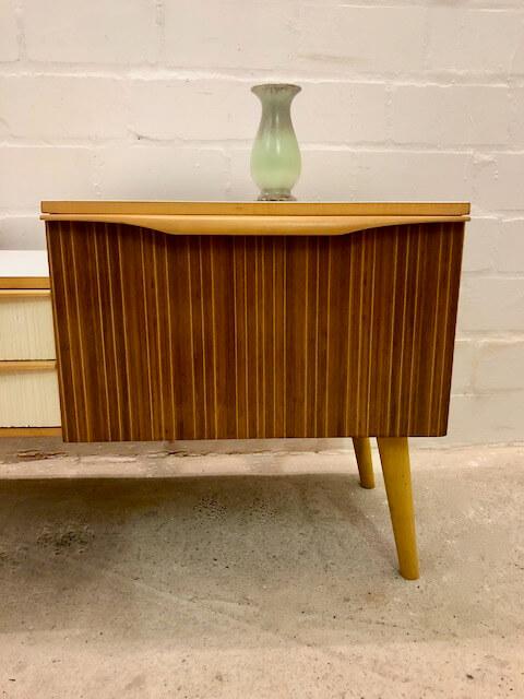 Mid Century Lowboard, 1950's, Anrichte, Kommode, Sideboard, Flurkommode, Blumenbank, Vintage, 1960's, weiß, braun, Schubladen, runde Beine, konisch