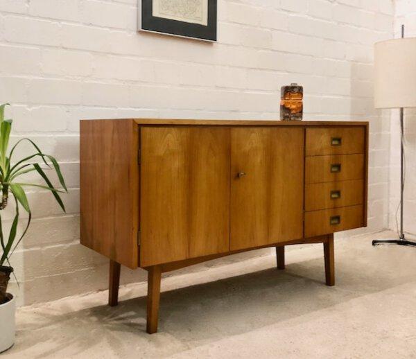 Mid Century Kommode, Sideboard 1960's, hell, Kirschholz, Vintage, Schubladen, verschließbar, Maserung, Patina, Messing