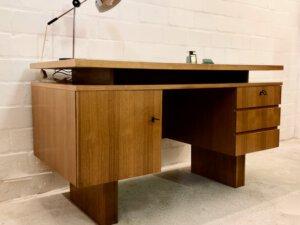 True Vintage Desk, Schreibtisch 1970's, Nussbaum, helles Holz, Mid Century, reduziertes Design, schlicht, eckig, Kubisch, Schubladen, verschließbar, Tür, Design, Klassiker, Danish, 1960's
