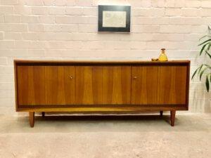 1960's Nussbaum Sideboard, Buffet Anrichte, Mid Century Möbel, true Vintage, verschließbar, Schubladen, Maserung, hell braun, Credenzia,