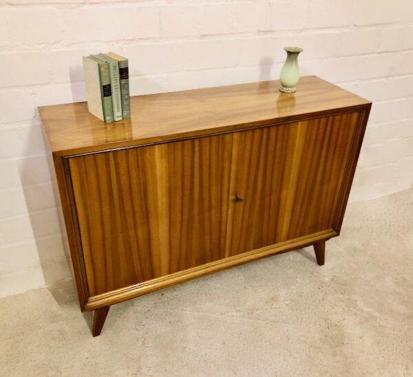 Nussbaum Kommode, true vintage 1970's, Maserung, schmal, braun, verschließbar, auf Füßen, Mid Century, Vintage Möbel, Sideboard, Anrichte