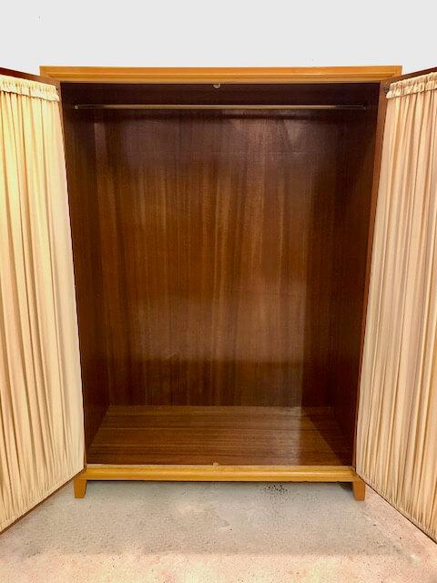 true Vintage Kleiderschrank, Mid Century 1950's, Vorhänge, hell, Rüster, Ulme, Highboard, Dielen Schrank, Flurschrank, Glasscheiben, verschließbar, Designklassiker, 1960, 1970, Schrank