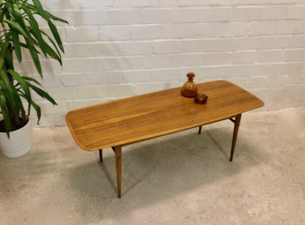 Surfboard Couchtisch, Coffee Table 1960's, Mid Century, Vintage, Designklassiker, Nussbaum, Maserung, Patina, Danish Design, Loft, Industrial, 1950's, 1970's