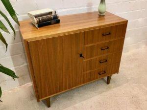 Vintage Nussbaum Kommode, 1970's, Sideboard, Anrichte, 4 Schubladen, verschließbar, Mid Century, 1960's, trapezförmige Füße, Maserung, Patina