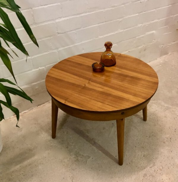 Vintage Nussbaum Couchtisch, 1960's, rund, Maserung, konische Beine, Coffeetable, Beistelltisch, Mid Century, Designklassiker