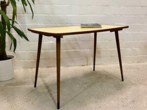 Mid Century Coffeetable, Nierentisch, 1950's, Resopal, Musterung, Nierentisch, Vintage, Beistelltisch, Couchtisch, konische Beine, braun, gelb, Holz, Kunststoff