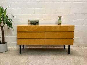 Mid Century Lowboard, grifflos, 1960's, Rüster, helles Holz, schwarze Metallfüße, 6 Schubladen, Konsole, Sideboard, Kommode, Schlafzimmer Kommode, schlichtes Design, Modern