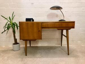 Vintage Nussbaum Schreibtisch, 1970's, homeoffice, Arbeitsplatz, Mid Century Modern, Designklassiker, trapezförmige Beine, Grifflos, Industrial