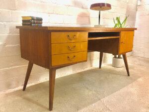 Vintage Schreibtisch, Mid Century 1960's, Nussbaum, Kirschholz, Schubladen verschließbar, Designklassiker, Tischlerarbeit, massiv, Maserung, hell, schräge Beine, WK Möbel,