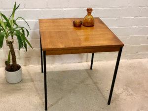 Teakholz Coffee Table, Beistelltisch Rego Mobile, 1960's, Küchentisch, schwarze Metallbeine, Karo-Muster, hoher Beistelltisch, Mid Century, Modern, Vintage, Danish Design, 1970's, Industrial,